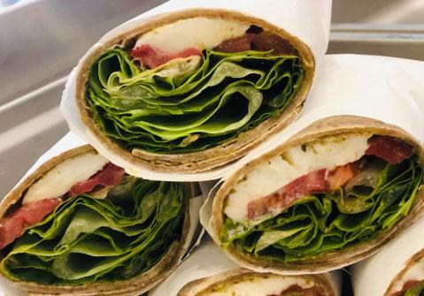 Roll con insalat, pomodoro e mozzarella
